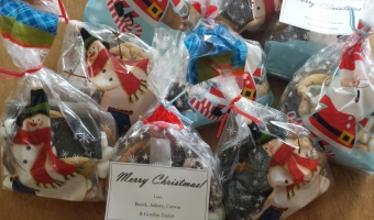 Recipes and Ideas for Cute, Simple Christmas Neighbor Gifts: Cookies & Brownies in a bag!